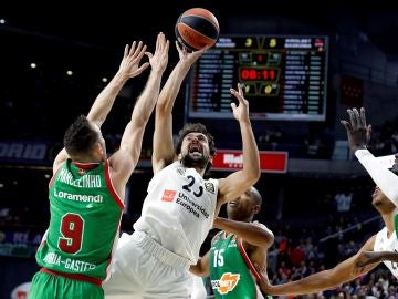 Llull intenta anotar ante la defensa del Baskonia