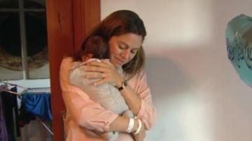 Imagen de archivo de una madre con su bebé