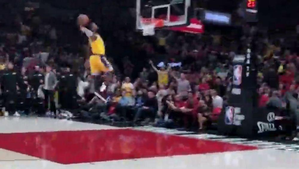 Se escuchan hasta sus pasos: el brutal vídeo a pie de pista del 'tomahawk' de LeBron James en Portland