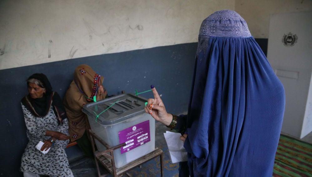 Imagen de una mujer votando en Afganistán