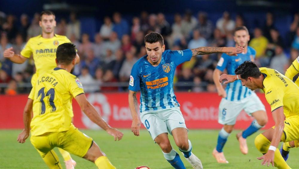 Correa intenta zafarse de la defensa del Villarreal