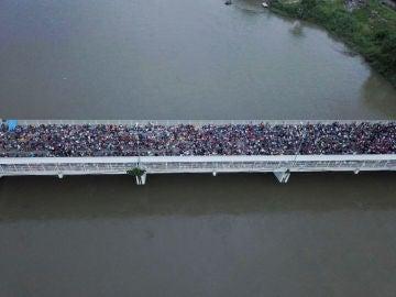 Fotografía tomada desde un dron de los cientos de migrantes hondureños que permanecen varados en uno de los puentes
