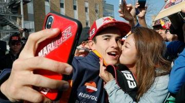 Márquez se hace un 'selfie' con una apasionada fan