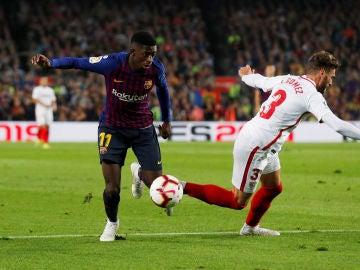Dembelé intenta regatear en el partido contra el Sevilla