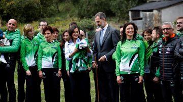 """Los Reyes de España reciben una camiseta de la emblemática carrera de montaña """"Puerta de Muniellos"""""""