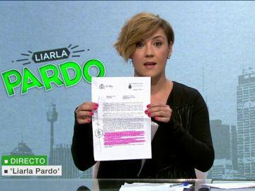 Cristina Pardo enseña la denuncia a la directora de una residencia de ancianos