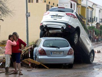 Vecinos de la localidad malagueña de Campillos junto a los desperfectos causados por las fuertes lluvias