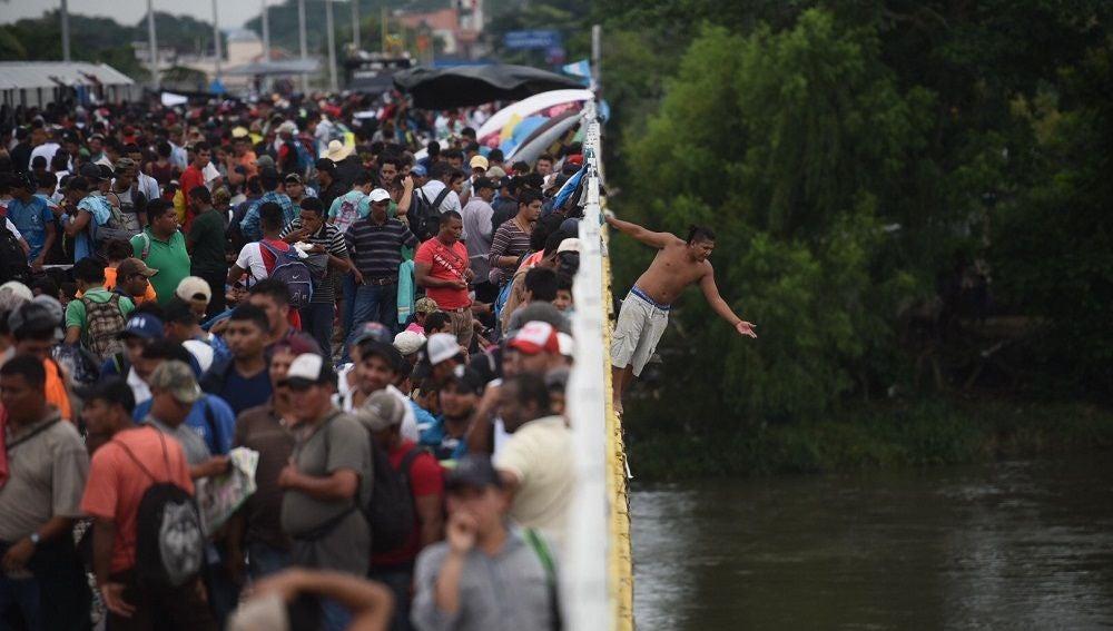 Migrantes hondureños que se encuentran en la frontera de México y Guatemala