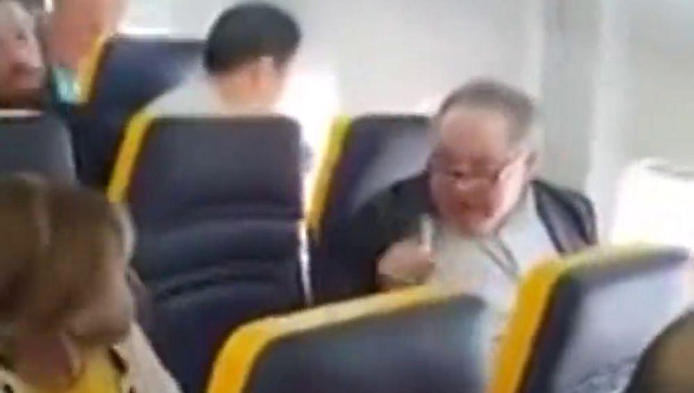 """La indignante reacción de un pasajero de Ryanair tras sentarse una mujer negra a su lado: """"No me hables un puto idioma extranjero, puta vaca fea"""""""