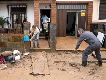 Vecinos de la localidad malagueña de Campillos limpian los desperfectos