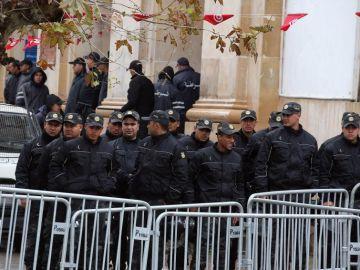 Agentes de policía tunecinos