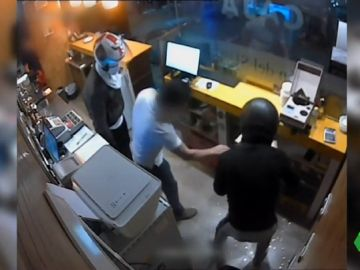Detienen a tres jóvenes por atracar salones de juego y gasolineras con pistolas y cuchillos