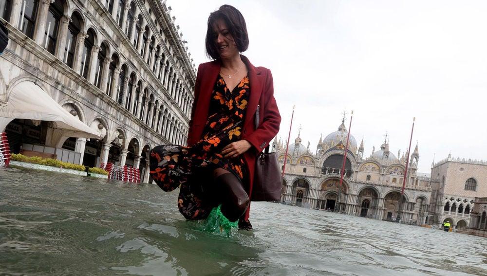 Una mujer camina por el centro de Venecia