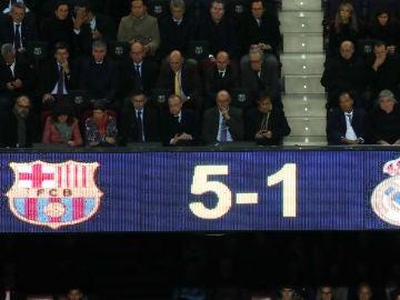 Josep María Bartomeu y Florentino Pérez, en el palco del Camp Nou durante el Clásico