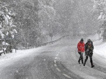 Dos personas caminan bajo una intensa nevada en Roncesvalles