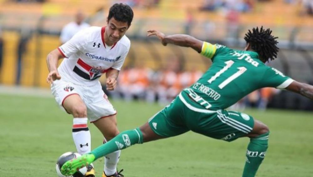 Correa intenta regatear a Ze Roberto en un partido con el Sao Paulo