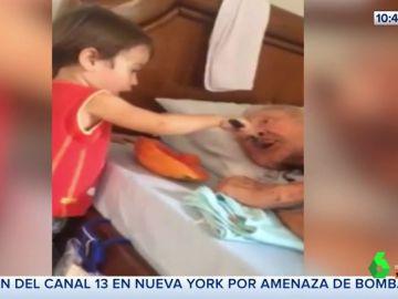 El conmovedor gesto de un niño dando de comer a su abuelo en la cama que ha enternecido a las redes sociales