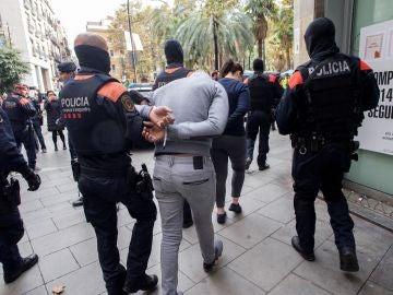 """Operación de los Mossos contra los """"narcopisos"""" de Barcelona"""