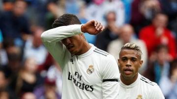 Varane y Mariano, durante un partido del Real Madrid