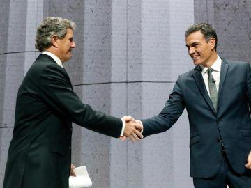 El presidente del Gobierno, Pedro Sanchez, saluda a Francisco J. Riberas
