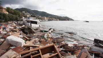 Vista de los escombros de los barcos tras la tormenta en Rapallo, Italia