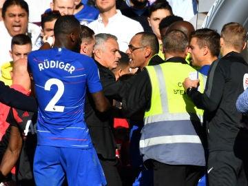 Sarri intenta calmar a Mourinho