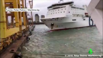Un barco choca contra una grúa en el puerto de Barcelona provocando un incendio