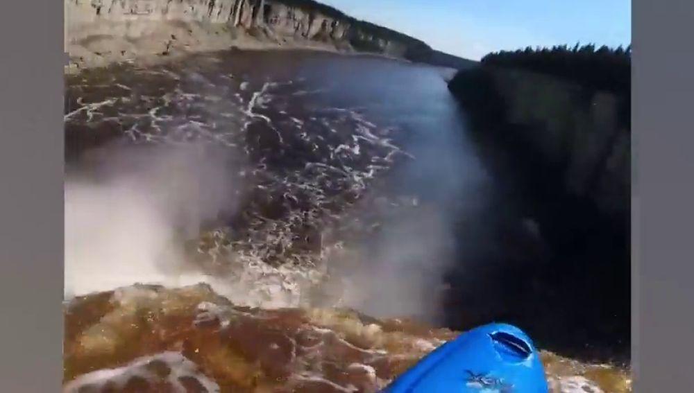 Una caída de 30 metros en primera persona: así es el impactante vídeo de un kayakista que cae por una cascada