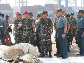 Miembros del Ejército de Indonesia durante la recuperación de restos del avión