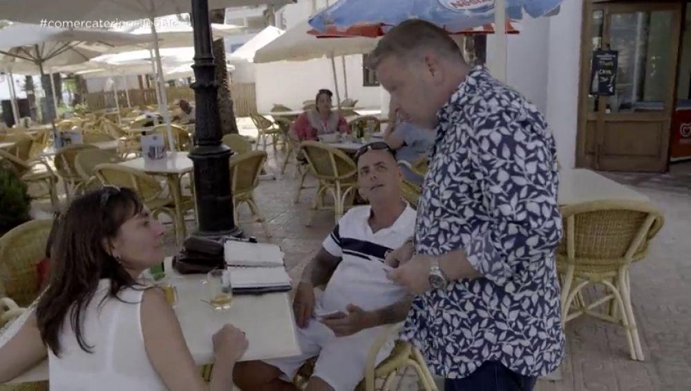 Haciendo gestos obscenos a la cámara: la reacción de la dueña de un catering ilegal en Ibiza ante la presencia de Chicote