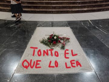 Meme sobre la pintada en la tumba de Franco