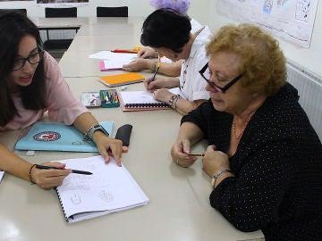 Abuelas aprendiendo a leer