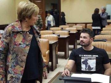 La diputada del PP Celia Villalobos junto al portavoz de ERC, Gabriel Rufián