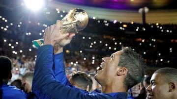 Varane sostiene el trofeo de la Copa del Mundo