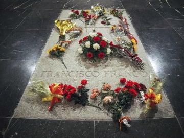 Flores en la tumba de Francisco Franco