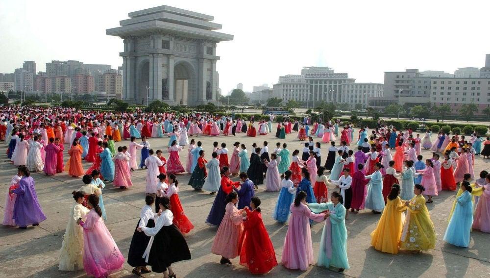 Fotografía que muestra a mujeres de Corea del Norte con vestidos típicos