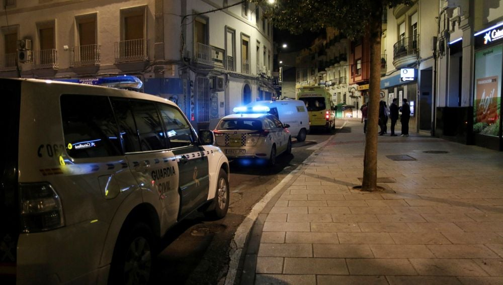 Dos vehículos de la Guardia Civil en la plaza de Don Benito donde se produjeron los hechos