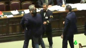 Varios diputados italianos, a punto de llegar a las manos durante un debate en el Congreso