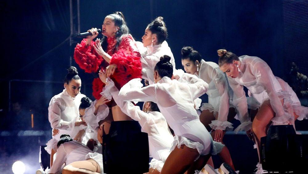 La cantante Rosalía actúa en un concierto gratuito en la madrileña plaza de Colón