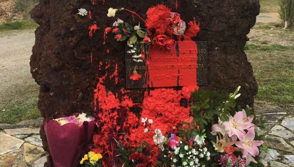 El monolito dedicado a las víctimas del franquismo en Oviedo pintado de rojo