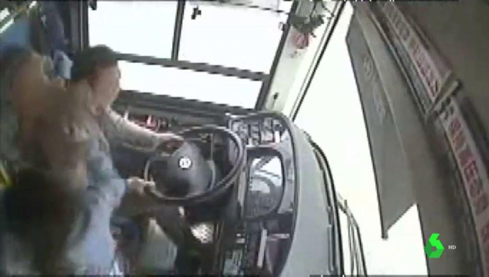Pelea entre la pasajera y el conductor