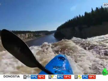 La espectacular caída de un hombre en kayak por una cascada de más de 30 metros