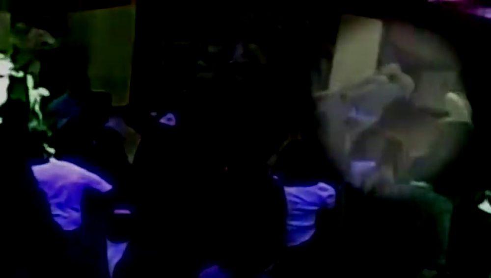 Una mujer asfixia y deja inconsciente a un portero de discoteca al creer que le había tocado el culo