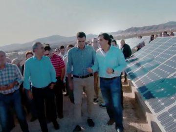 Pedro Sánchez pasea por un huerto solar