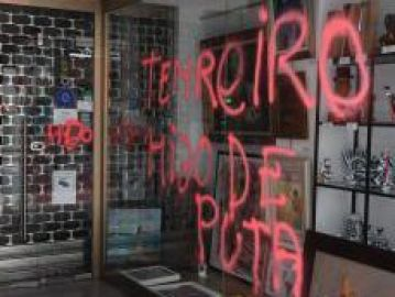 Imagen de la pintada en la galería en la que expone Enrique Tenreiro