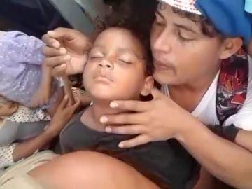 Imagen de una niña hondureña desmayada