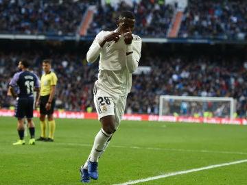 Vinicius se besa el escudo del Real Madrid