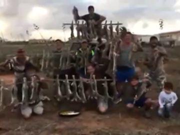 Imagen de los cazadores exhibiendo decenas de conejos muertos en Fuerteventura