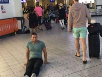 Justin Levene arrastrándose en el aeropuerto de Luton