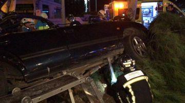 Imagen cedida por los servicios de Emergencias en el que se aprecia el estado en el que quedó el vehículo después de estrellarse